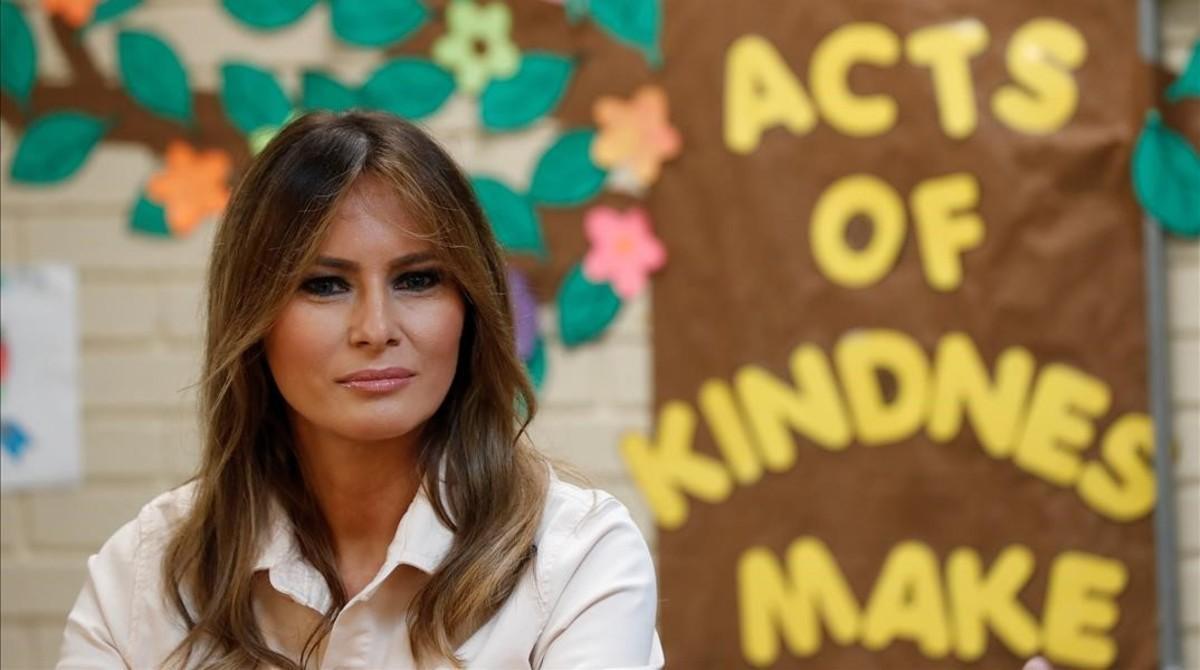 Melania Trump visita ayer un centro de servicios sociales infantiles en McAllen (Tejas) próximo a la frontera con México.
