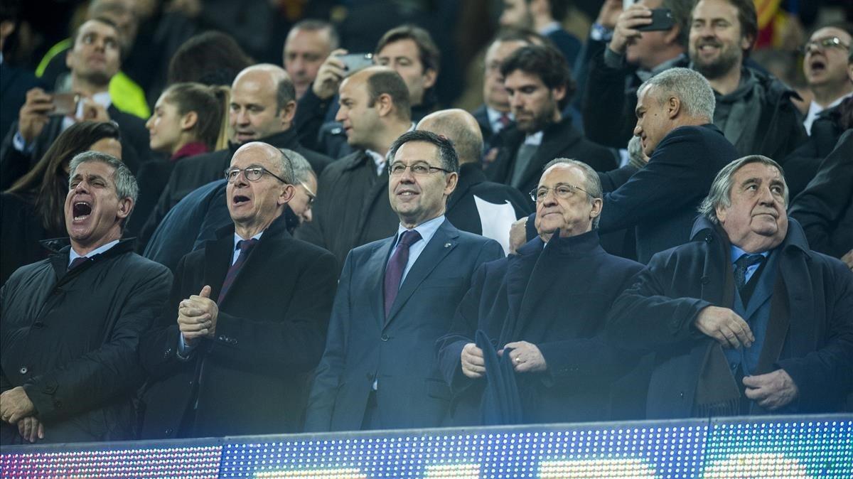 El palco del Camp Nou, en el primer clásico de la copa. Florentino Pérez (a la izquierda de Bartomeu).