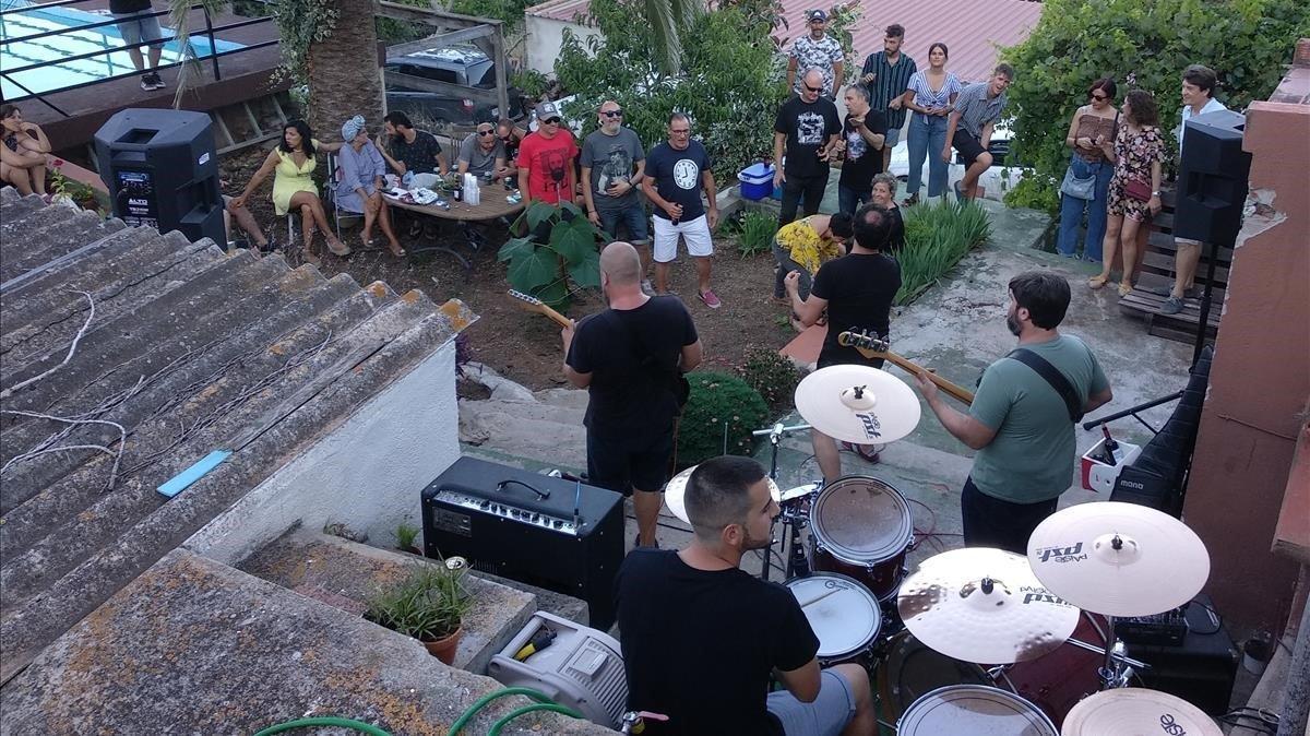 Una imagen del concierto autogestionado realizado en una finca cercana a Amposta.