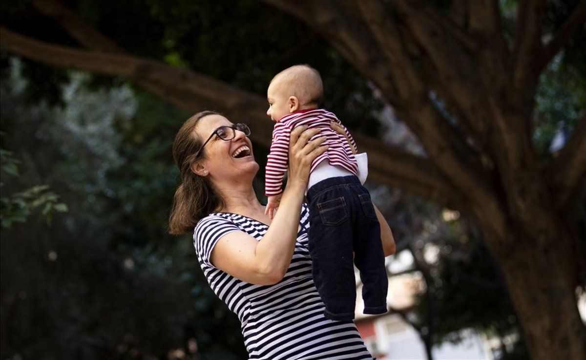 Isabel Gilabert aúpa a su bebé Lorién, nacido durante el confinamiento.