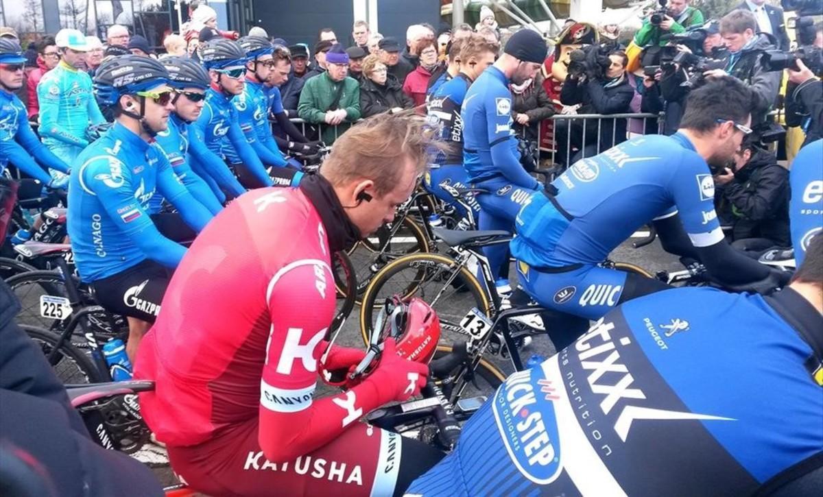 Los ciclistas guardan un minuto de silencio en la primera etapa de los Tres Días de La Panne, este martes, en Bélgica.