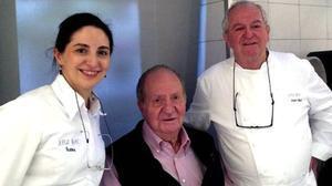 El rey Juan Carlos, junto al cocinero Juan Mari Arzak y su hija Elena, cuando visitó el restaurante vasco en diciembre del 2014.