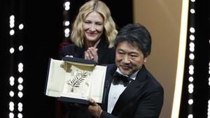 Hirozaku Koreeda, con CateBlanchett, presidenta del jurado, en Cannes.