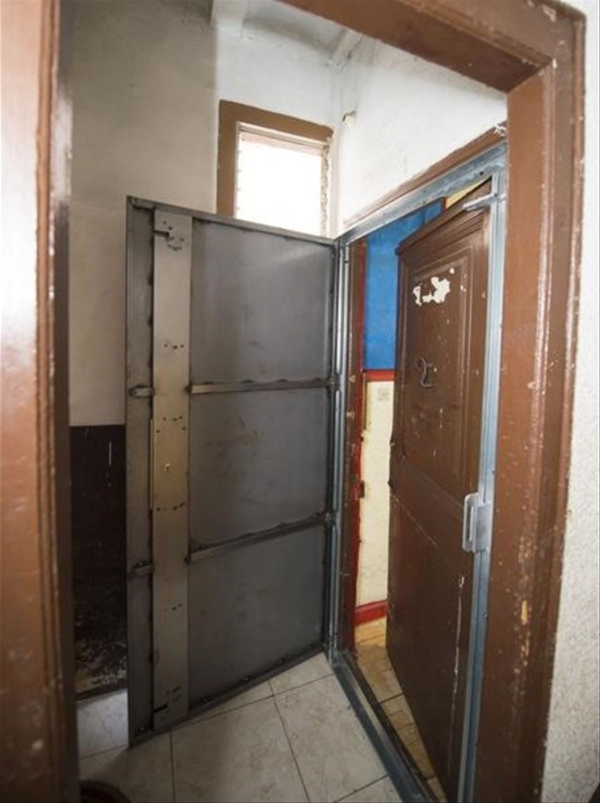 Puerta anti-okupas que la empresa instaló para blindar la vivienda una vez los inquilinos la dejen.