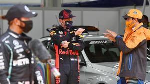 Carlos Sainz (3º), a la derecha, comenta las difíciles condiciones de la pista con Max Verstappen, en el centro, ante la mirada de Lewis Hamilton.