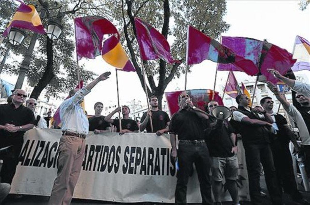 Grupos de ultraderecha, frente al centro Blanquerna de Madrid.