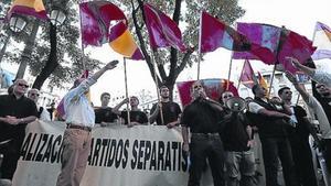Grups d'ultradreta, ahir, davant el Centre Blanquerna de Madrid.