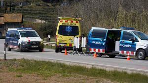 Mossos y una ambulancia en la conocida como 'carretera de la vergonya', tras un accidente mortal.