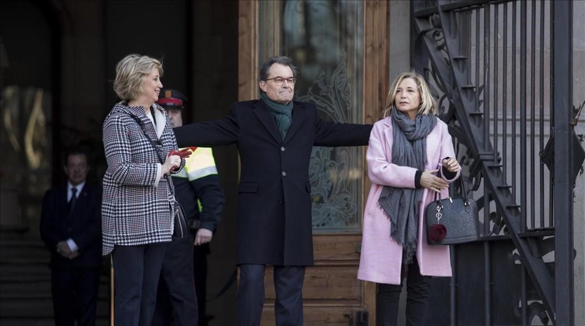Irene Rigau, Artur Mas y Joana Ortega a las puertas del TSJC el primer día del juicio por el 9-N, en febrero del 2017.
