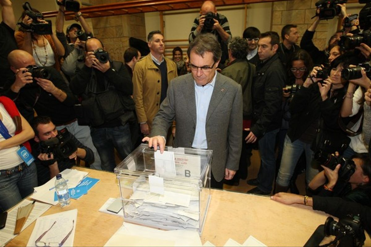 Artur Mas, en el momento de depositar su voto.