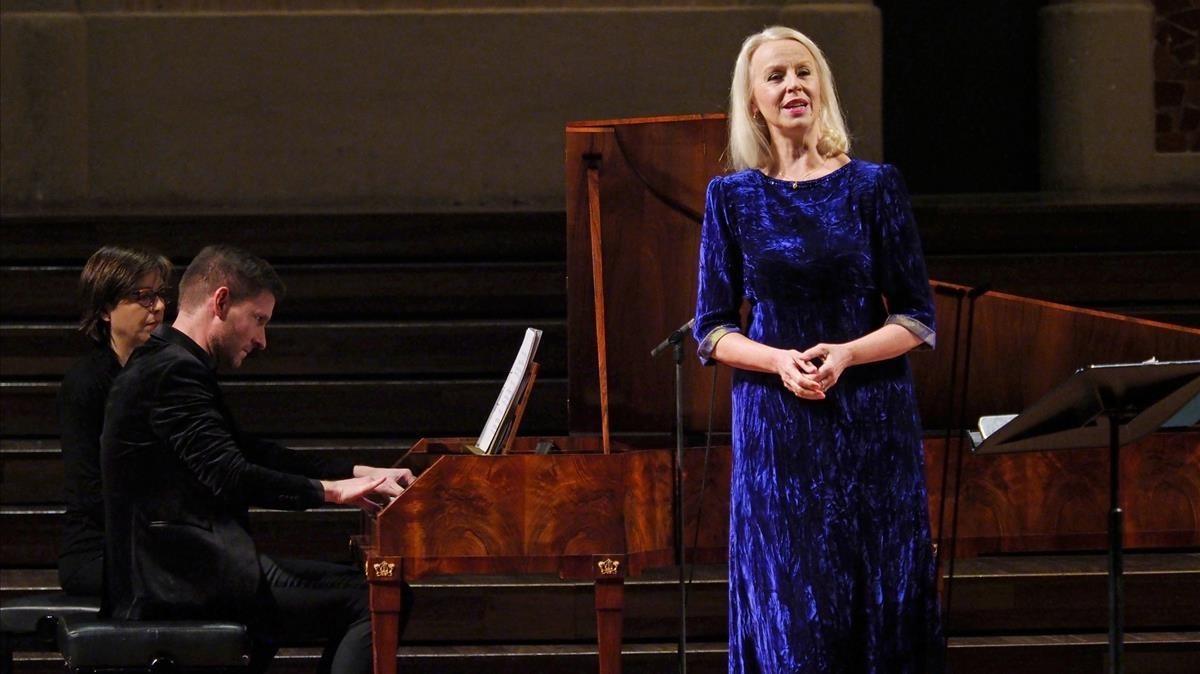 La cantante Anne Sofie Von Otter en el Palau de la Música junto a Kristian Bezuindenhout.