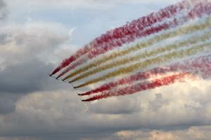 La Patrulla Águila pinta su bandera en el cielo, hoy en Barcelona.