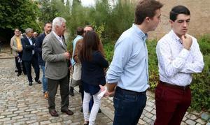 Asistentes a la presentación de la plataforma 'El país de demà' hacen cola en el monasterio de Poblet.