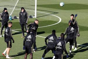 Zidane, a la izquierda, sigue el entrenamiento del Madrid, este viernes.