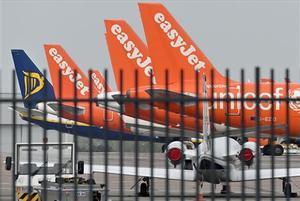 Aviones de Easyjet y Ryanair en el aeropuerto de Luton (Londres) el 16 de abril del 2020.