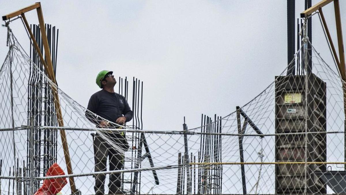 Els empresaris de la construcció retarden apujar sous mentre es queixen de falta de mans