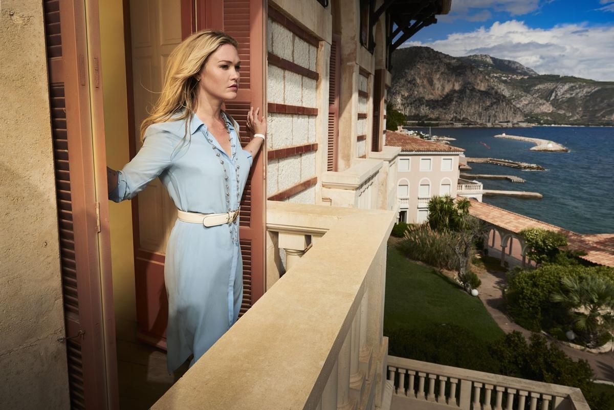 La actriz Julia Stiles, en una imagen de la serie de Movistar+ 'Riviera'.