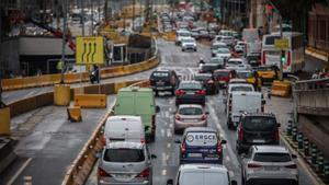 Atasco a la entrada de Barcelona por la Gran Vía, a la altura de Glòries.