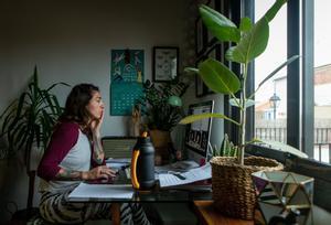 Imagen de archivo de una mujer tele trabajando en su hogar por la cuarentena del coronavirus.