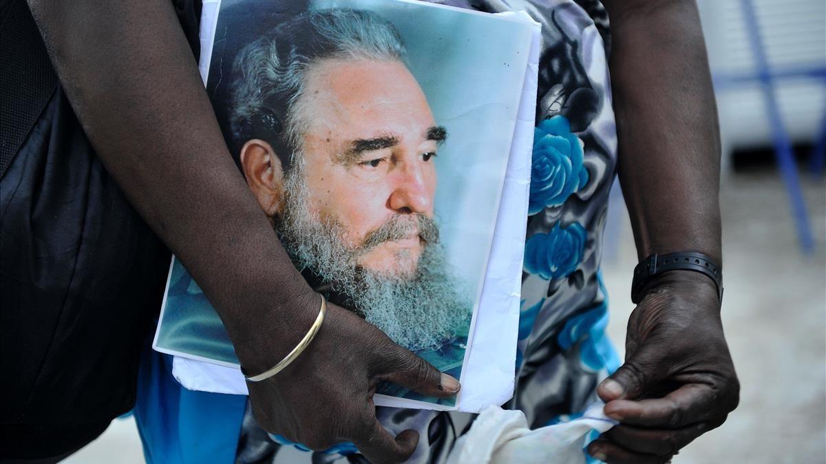 Un cubano sostiene la foto de Fidel Castro, durante los memoriales celebrados tras su muerte, en la Habana, en noviembre del 2016.