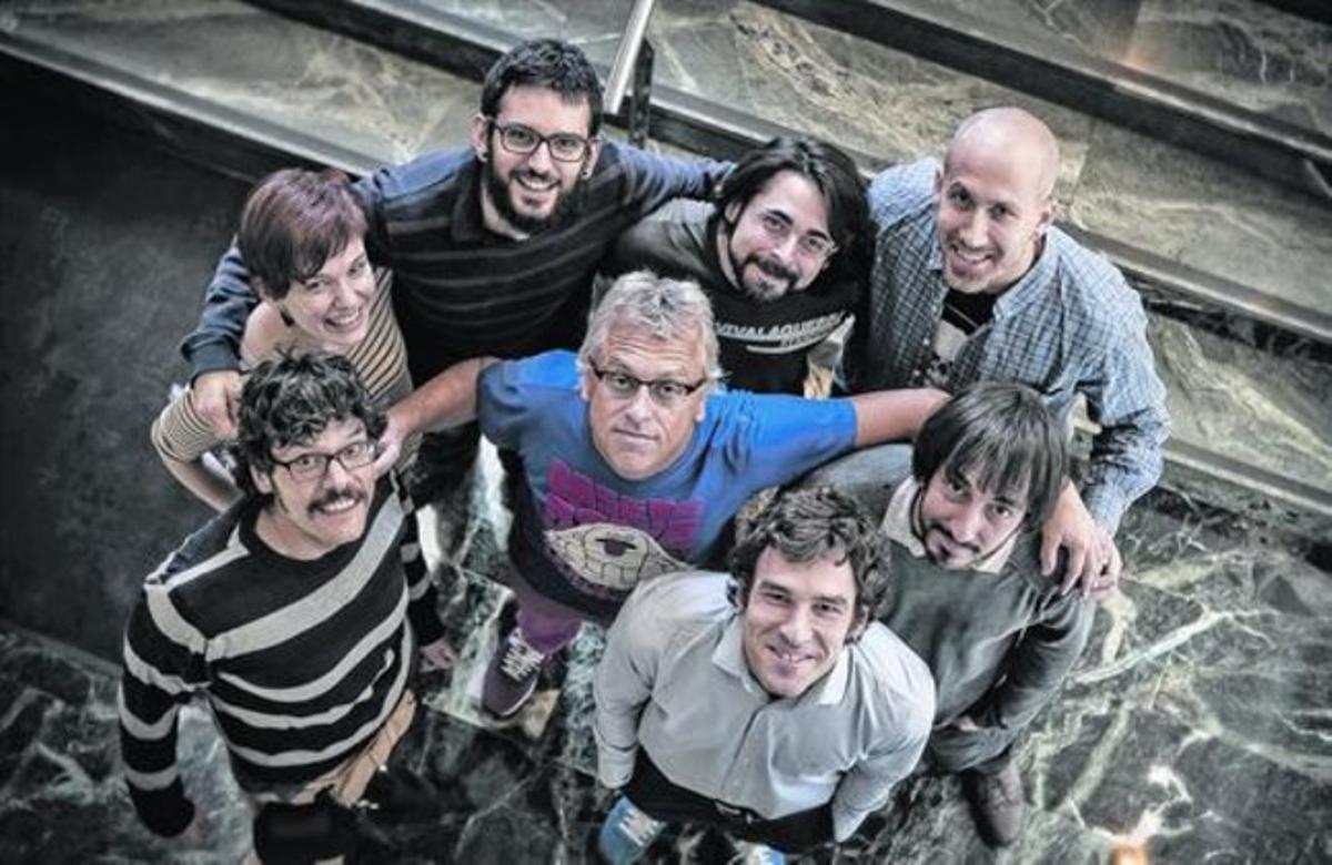 UN MAGO DE LA VIÑETA.  Zidrou (centro), rodeado de los dibujantes españoles con los que ha colaborado, en Barcelona.