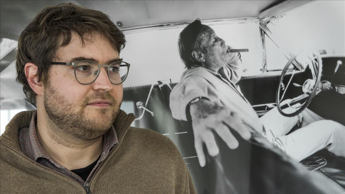 Dani Osca, con un retrato de Edward Bunker detrás.