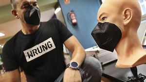El asturiano Daniel Alagüero, con su mascarilla magnética y un busto de trabajo.