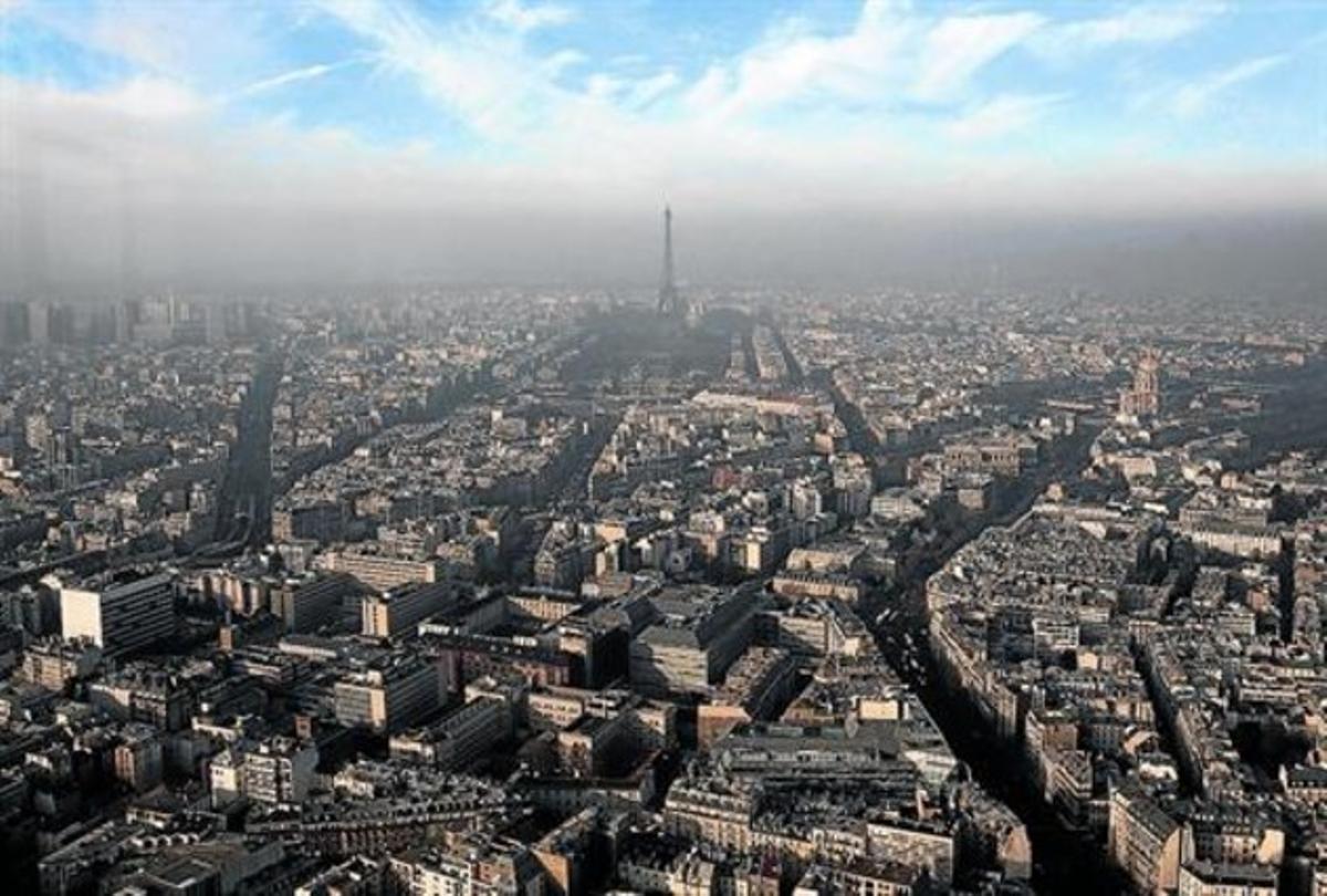 Vista aérea de París durante un episodio de contaminación atmosférica, en diciembre del 2013.