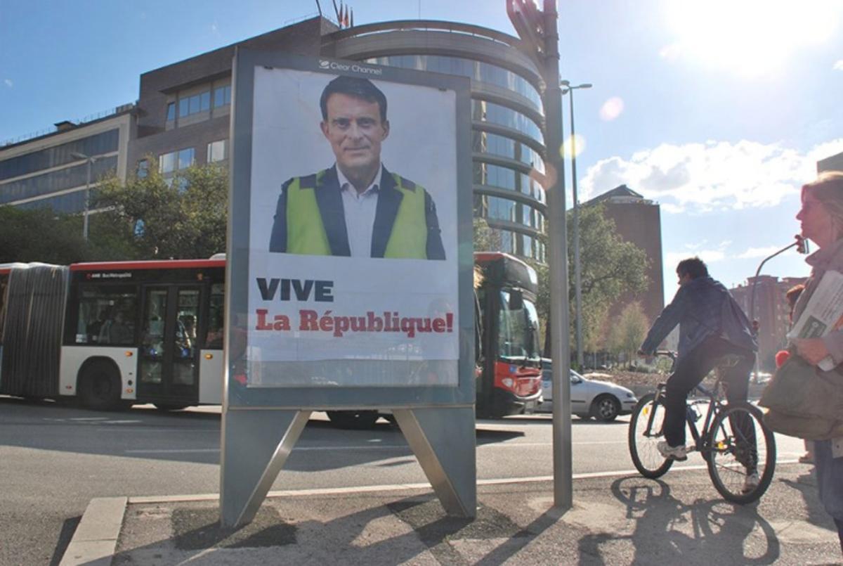 Manuel Valls, con chaleco amarillo, paradójicamente, disfraz que emplean los piratas de la publicidad.