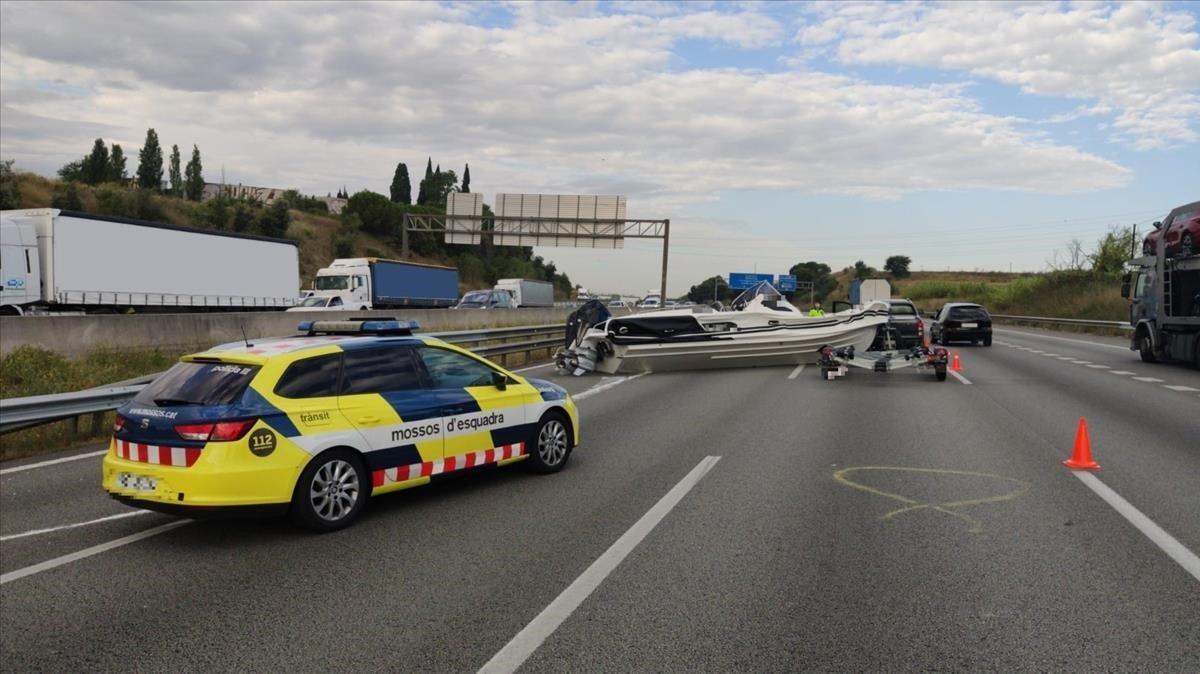 El nuevo coche patrulla detráfico de los Mossos d'Esquadraen un accidente el pasado 13 de julio en la AP-7 en Santa Perpètua de Mogoda.