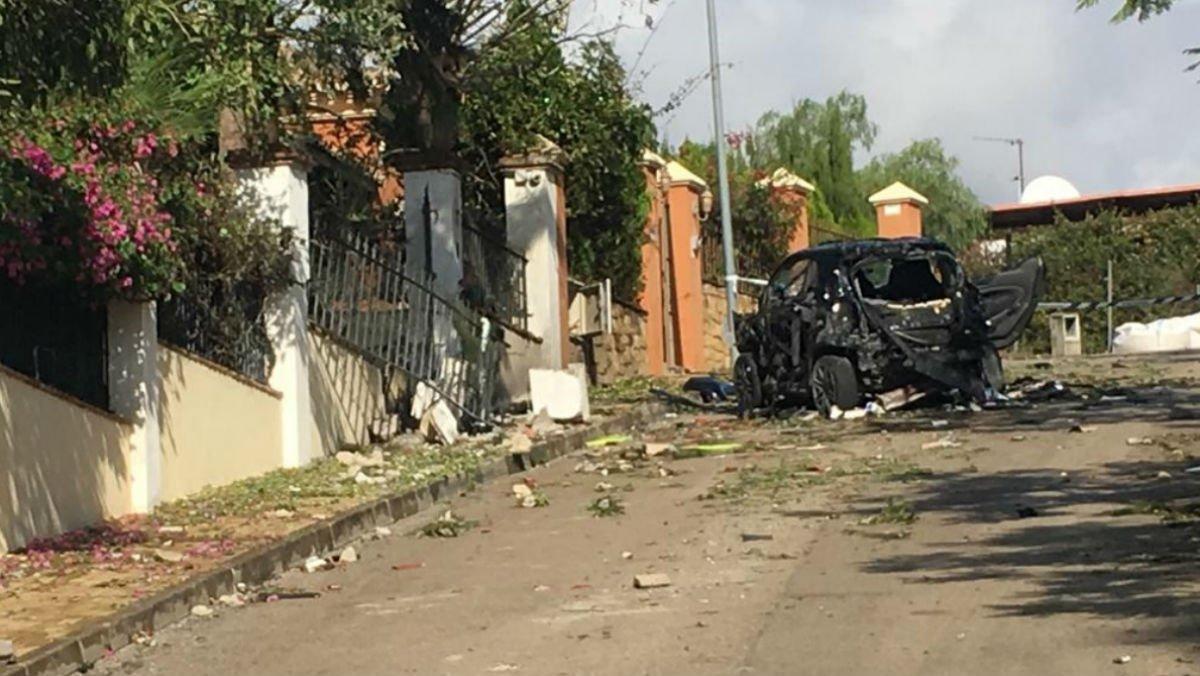 Un coche incendiado a causa de la explosión de un artefacto en la casa de que tiene en Benahavís (Málaga) un empresario al que se vincula con el narcotráfico.