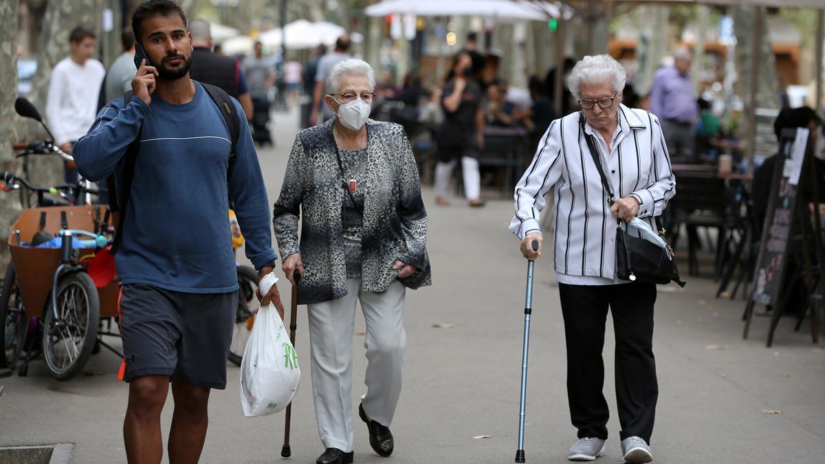 Dos mujeres de edad avanzada caminan por detrás de un joven, tal vez de procedencia foránea.