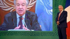El presidente de México, Andrés Manuel López Obrador (derecha), escucha el discurso por teleconferencia de secretario general de la ONU, Antonio Guterres.