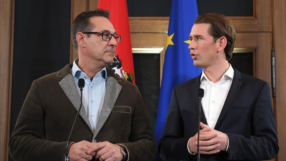 El democristiano austriaco Sebastian Kurz (derecha) y el ultraderechista Heinz-Christian Strache, el15 de diciembre del 2017, en Viena.