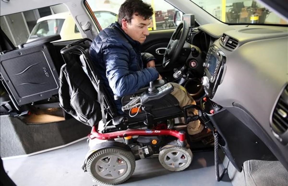 Javier, sentado en su silla, dentro del vehículo con el que hace las prácticas de conducir, el pasado jueves.