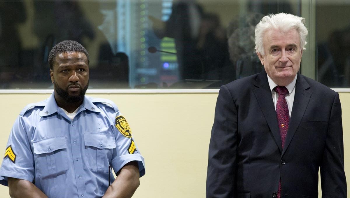 Karadzic escucha la sentencia del tribunal de La Haya.