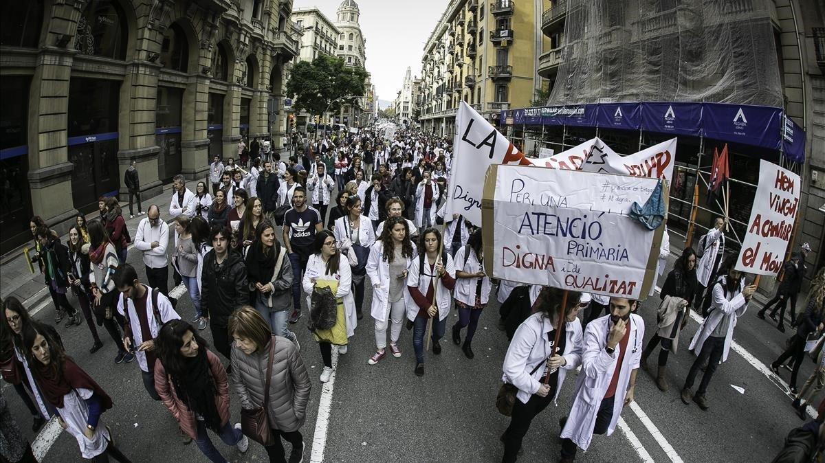 Los médicos de primaria este jueves en la Via Laietana, en el cuarto día de huelga.