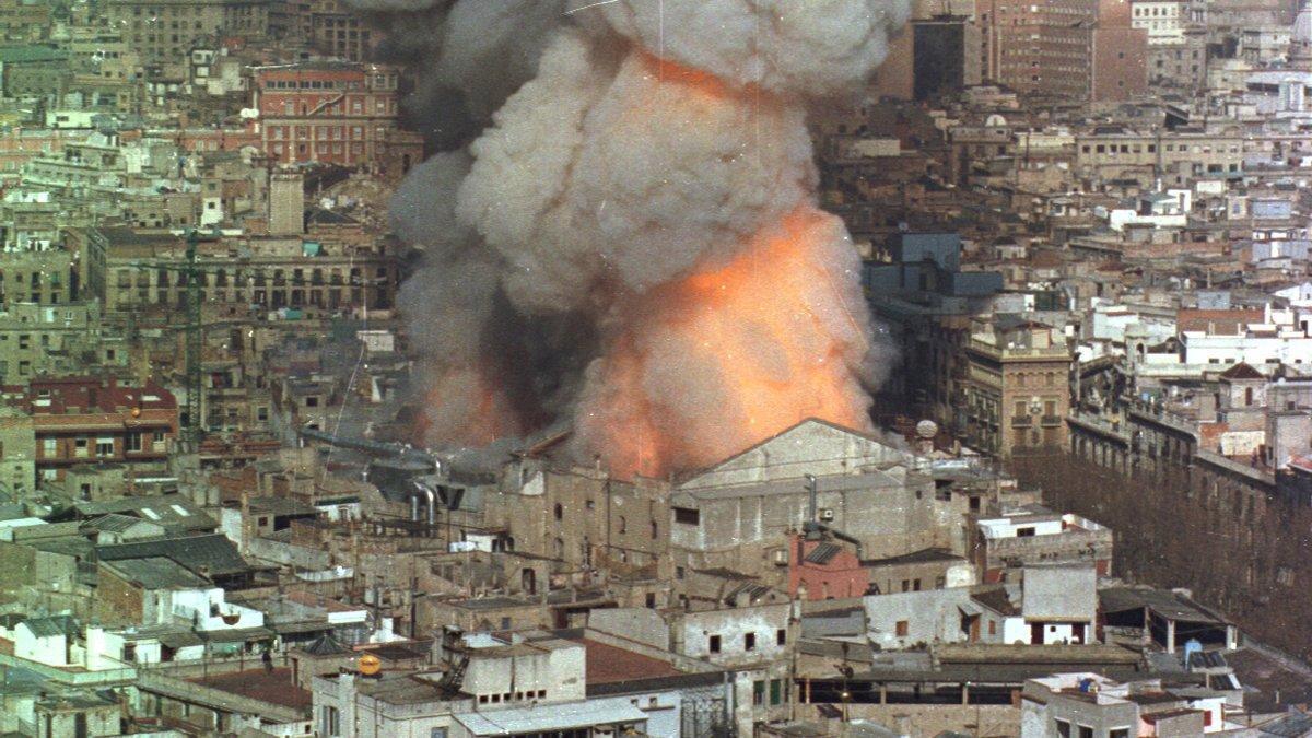El Liceo de Barcelona envuelto en llamas en 1994.