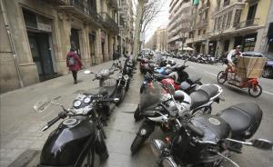 Motos en una calle de Barcelona.