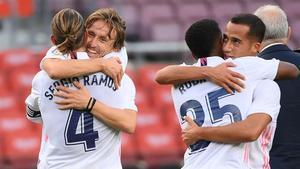 Ramos, Modric, Rodrygo y Lucas Vázquez se abrazan tras ganar el clásico.