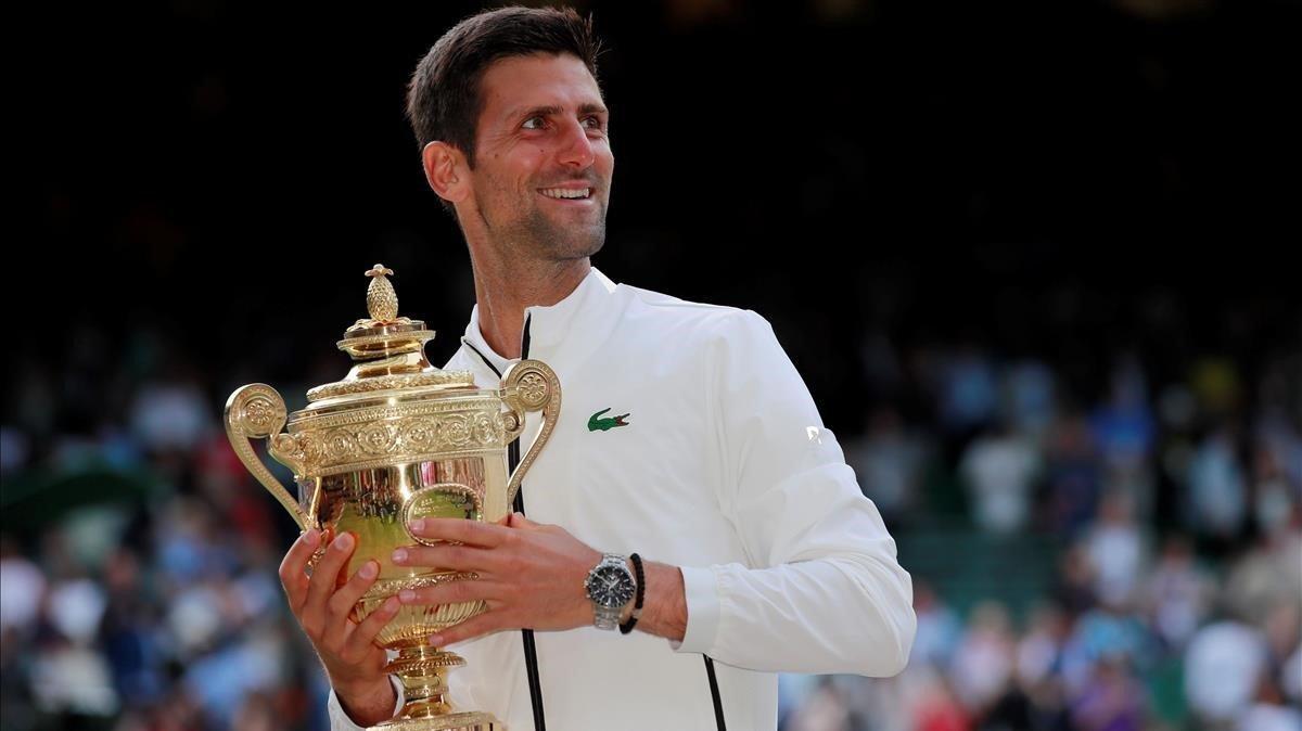 Djokovic con la copa de Wimbledon, feliz.