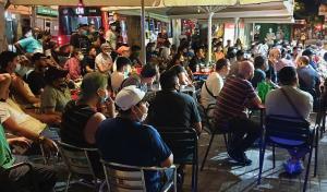 Multitudinaria concentración en un bar de L'Hospitalet para ver la final de la Champions.