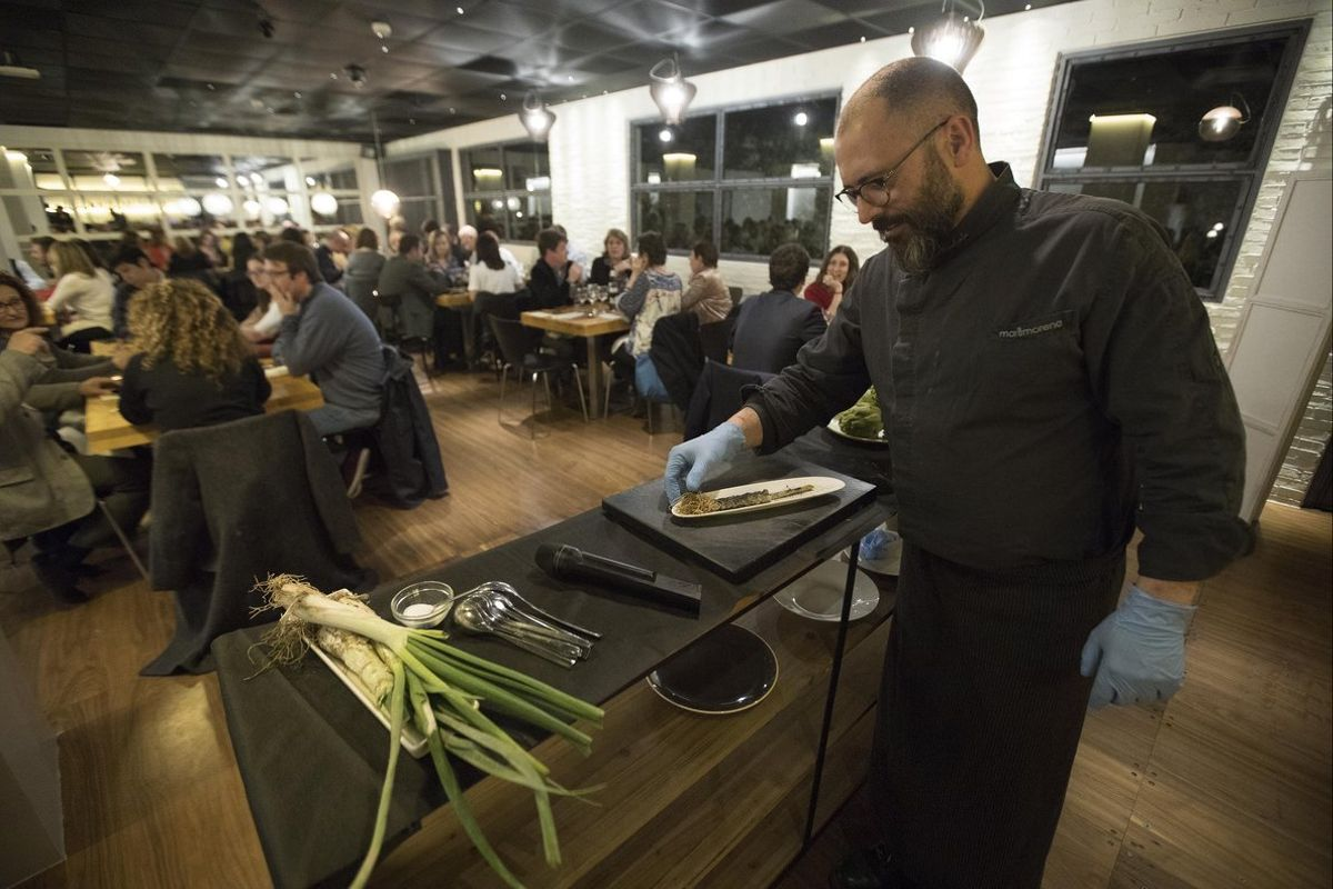 El chef Albert Mendiola, del resturante Marimorena, prepara un original y aprovechadísimo 'calçót durante la Rescue Dinner.