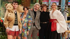 El jurado de 'Maestros de la costura 4' junto a Anabel Alonso y Raquel Sánchez Silva.