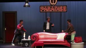 De izquierda a derecha,Albert Baró, Adrian Grösser y Albert Salazar en 'Purpurina', primerahistoria de'Paradise'.