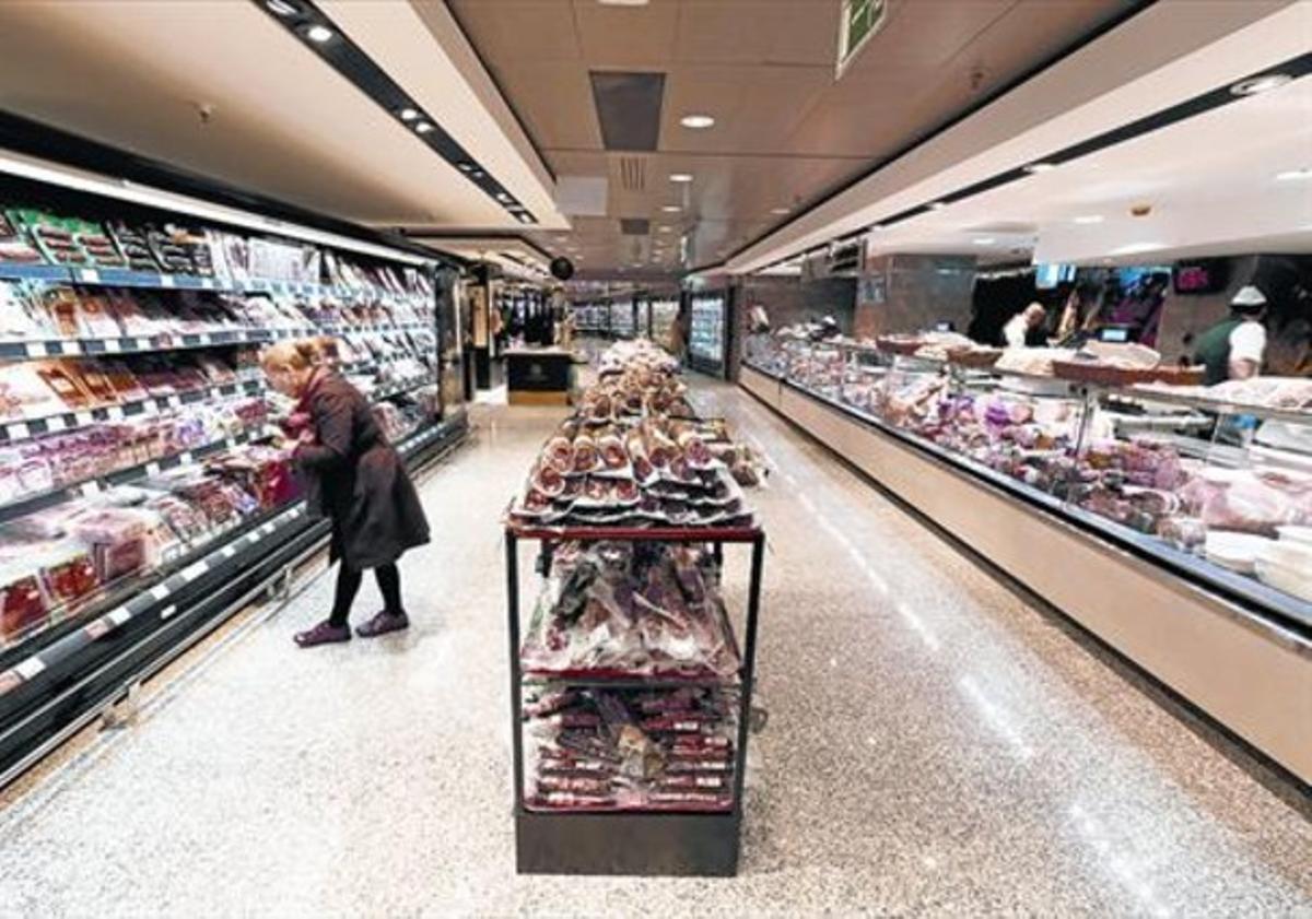 Aspecto de la zona de embutidos del nuevo supermercado de El Corte Inglés de plaza de Catalunya.
