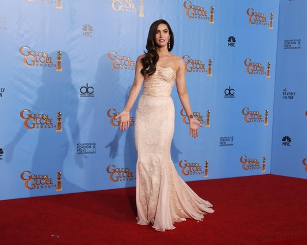 Megan Fox, conun ajustado vestido nude con escote palabra de honor.