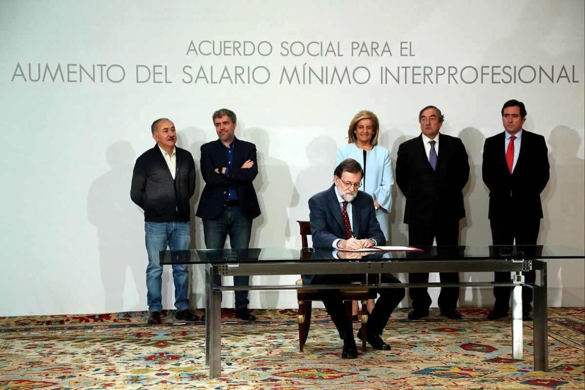 Rajoy firma el acuerdo para elevar el salario mínimo, en presencia de los representantes de las patronales y los sindicatos mayoritarios.