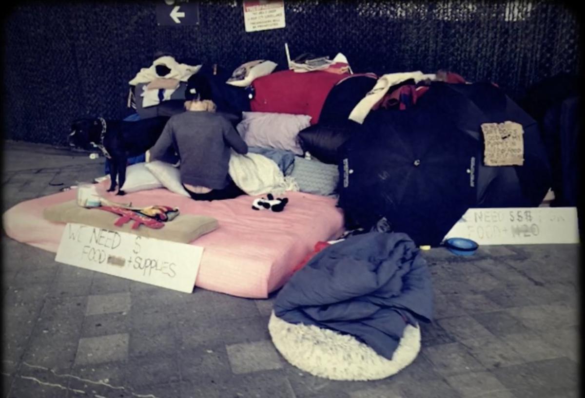 Un 'homeless' en East River.