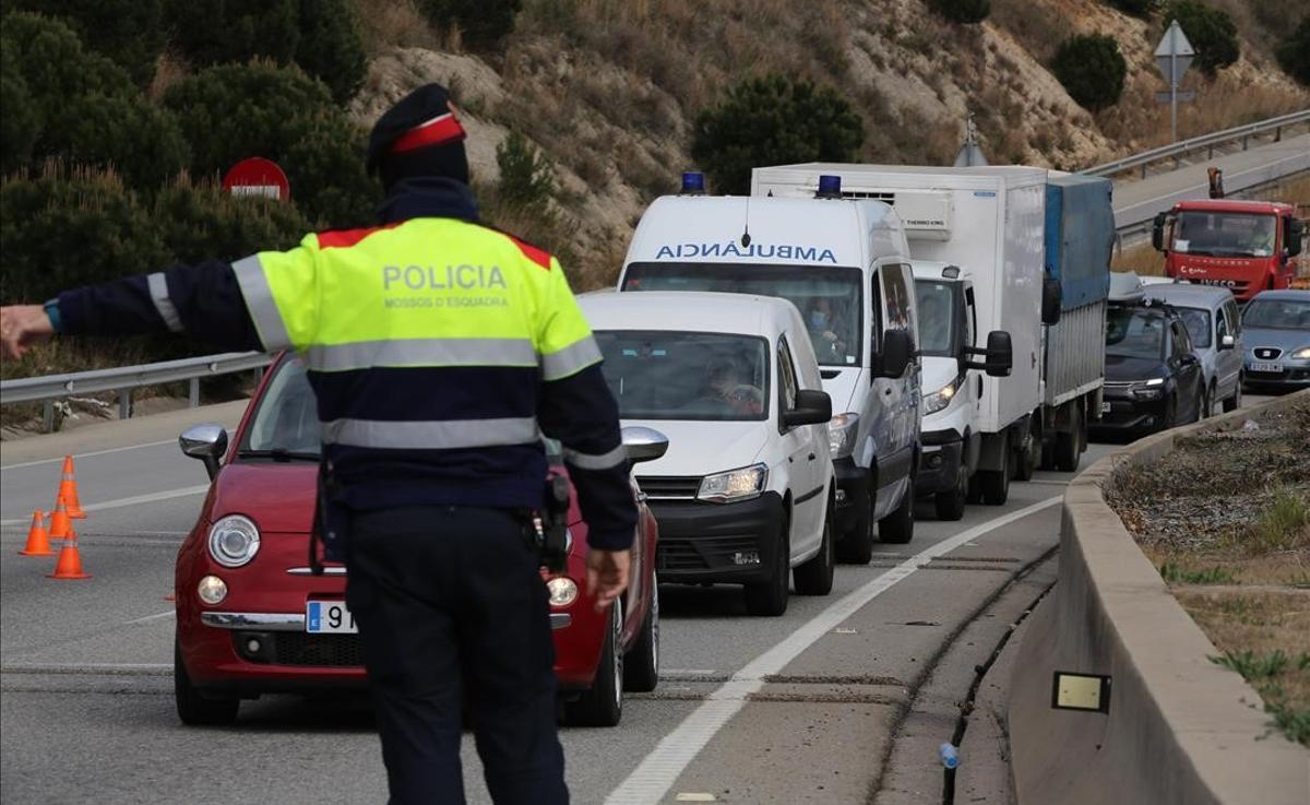 Control de tráfico de los Mossos, en la N-II, en la rotonda de Montgat, durante el confinamiento comarcal.